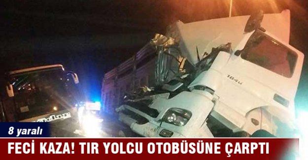 TIR yolcu otobüsüne arkadan çarptı: 8 yaralı