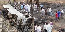 Hindistan'da otobüs uçuruma yuvarlandı: 22 ölü