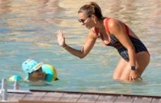 Ebru Akel oğluyla Çeşme'de tatil yapıyor