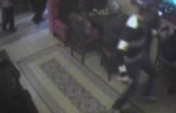Genç kız sevgilisine saldıran adamı yere serdi