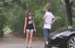 Lüks arabaya bineceğini düşünen genç kızın tepkisi!