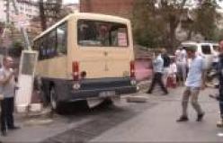 Freni boşalan minibüs oturma odasına daldı!