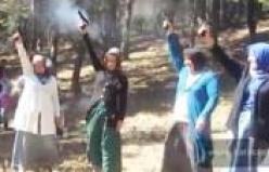 Köy şenliğinde kadınlardan silah şov!
