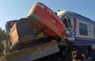 Yolcu treni iş makinesine çarptı!