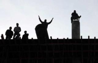 Paralarını alamayan işçiler inşaatı söktüler!