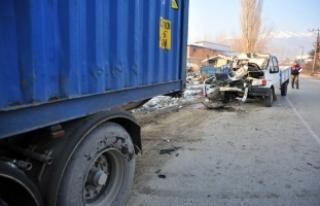 Korkunç kaza! Park halindeki TIR'a çarptı