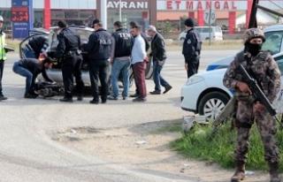 Kaza ihbarına giden polis aracını yakmak istediler