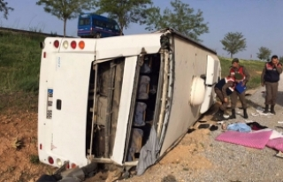 Bir otobüs daha devrildi! Çok sayıda yaralı var!