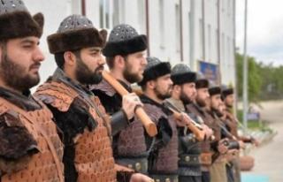 Ertuğrul Gazi Türbesi'nde Alp kıyafetli askerlerden...