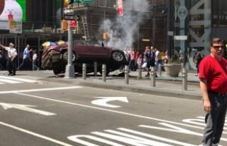 New York'ta bir araç yayaların arasına girdi!...