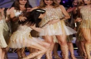 Adriana Lima hamile meslektaşının karnını öptü