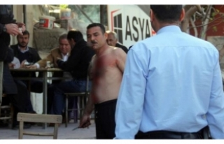 Hem kendini kesti hem Türk kahvesini içti!