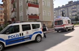 2 genç evlerinde ölü bulundu