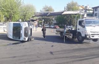 Askeri personel taşıyan servis minibüsü devrildi