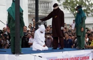 Sokak ortasında vahşet! İki kadına kırbaç cezası