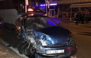 Bursa'da feci kaza! Servisle bir araç kafa kafaya...