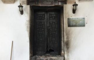 Bursa'da türbenin kapısını yaktılar!