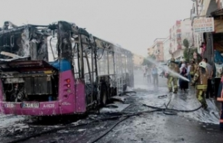 Halk otobüsü alev alev yandı, şoförü olay yerinden...