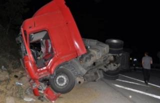 Bursa'da TIR kazası! Bariyerlere çarparak durabildi...