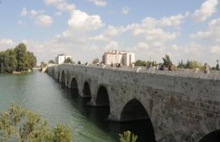 16 asırlık köprüde tepki çeken yazı