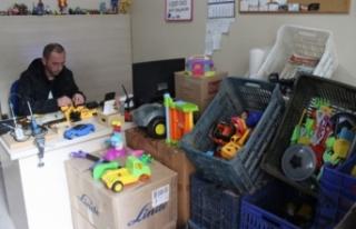Bursa'da bozuk oyuncakları tamir edip fakir...