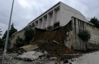 Okulda istinat duvarı çöktü!