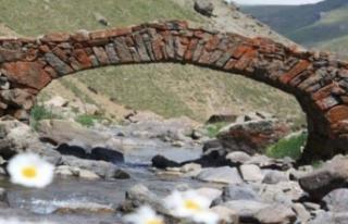 Şoke eden olay! 300 yıllık köprü kayboldu