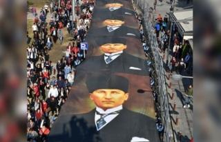 350 metrelik posterle Ata'ya saygı yürüyüşü