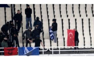 Yunan taraftar tribünde Türk bayrağı yaktı!