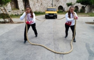 Güreşçi kız kardeşler otomobil çekerek antrenman...