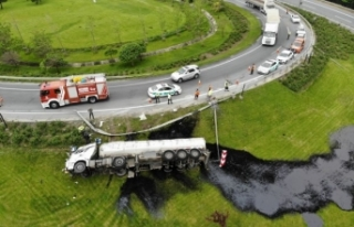 Zift yüklü tanker devrildi