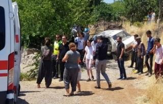 Otomobil yol kenarında bekleyen aileye çarptı