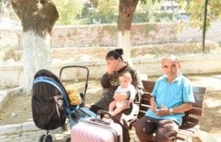Ailesiyle parkta yaşayan bebeğin medikal ayakkabısını...