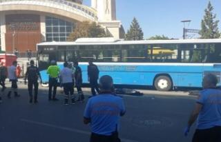 Ankara'da özel halk otobüsü durağa girdi,...