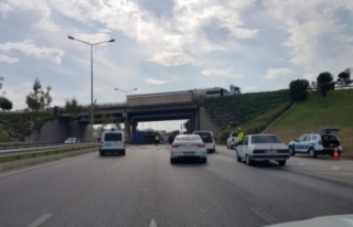 Bursa'da kamyon devrildi, karayolu egzoz borusu...