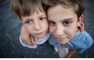 Bursalı kardeşler farklı göz renkleriyle ilgi...
