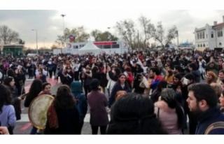 Onlarca kadın, Şilili feministlerin danslı protestosu...