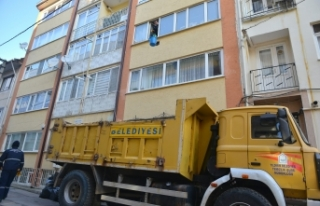 Bursa'da yaşlı kadının evinden 13 ton çöp...