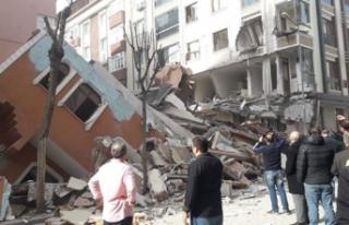 İstanbul'da 4 katlı bina bina çöktü!