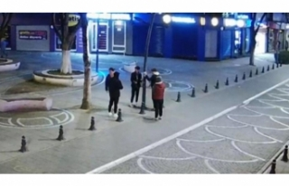 Sokaktaki el dezenfektanlarına zarar verdiler...