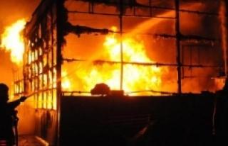 3 işyeri ve 1 kamyonet yandı