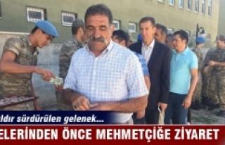 Ailelerinden önce Mehmetçiği ziyaret ediyorlar