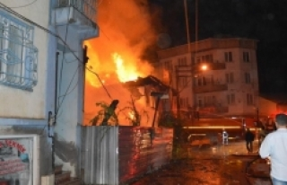 Bursa 'da çarşı içindeki 3 katlı ev kül...