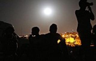 Gazze'nin bombalanışını 'Süper Ay' eşliğinde...