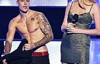 Justin Bieber canlı yayında soyundu