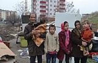 Kaçak Yapıya Sığınan Afgan Aile Ortada Kaldı