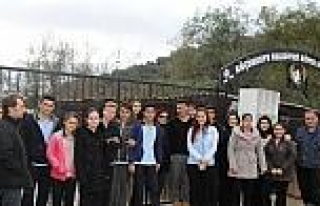 Lise Öğrencileri Köpek Barınağını Ziyaret Etti