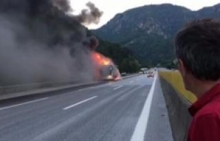 Mersin'de seyir halindeki yolcu otobüsü yandı