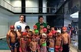 Roman Çocuklarin Yüzme Keyfi