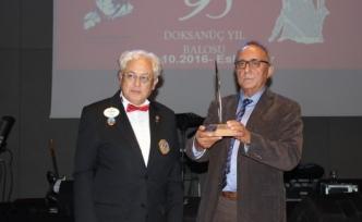Prof. Dr. Behramoğlu, Lions'un 'Cumhuriyet Sözcüsü' ödülünün sahibi oldu